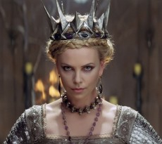 http://www.flicksandbits.com/wp-content/uploads/2012/05/2012_snow_white_and_the_huntsman_charlize_theron_ravenna2.jpg